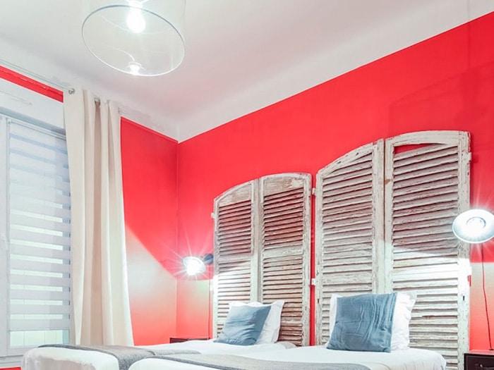 chambre 2 lits simples, tête de lits portes aspect vieilli, mur rouge